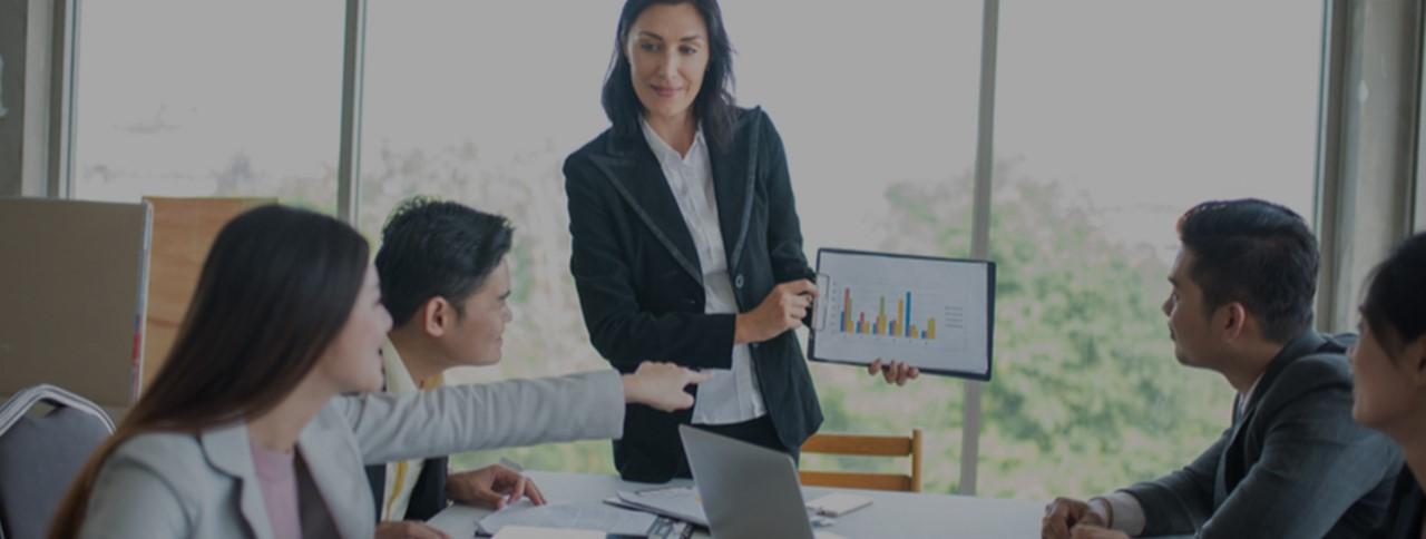 equipes de trade marketing e comercial conversando