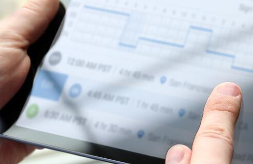 Pessoa analisando dados em um tablet