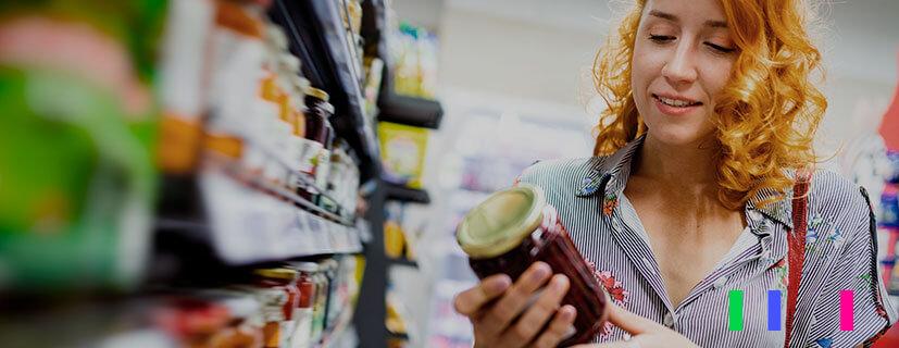 Mulher satisfeita ao encontrar um produto na prateleira